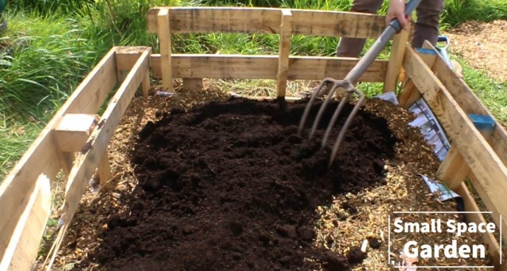 grow, grow your own food, growing your own food growing, food, food and drink, lifestyle, living, meals, dinner, yum, tasty, self-sufficient, city living, city, small space, space, towns, urban gardening, raised beds, easy, build, containers, container gardening, garden, gardening, thrifty